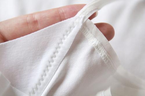 汗取り部分の布が切りっぱなしになっている