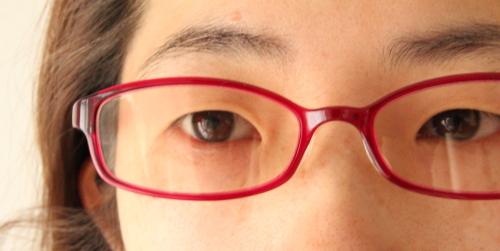 pc用眼鏡、かけてみるとフレームはやや大きく感じる