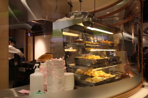 東京おかしランド カルビープラスその場でオリーブオイルでポテトチップスを揚げている