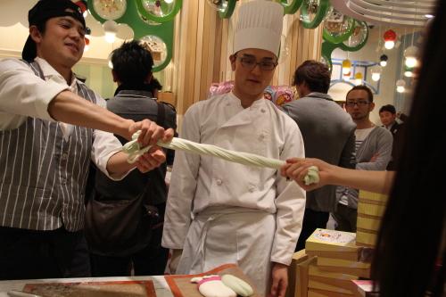 東京お菓子ランド ハイチュウのお兄さん