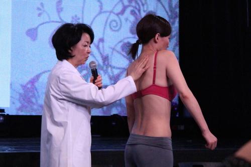 セシール3Dブラおっぱい体操肩を大きく回す