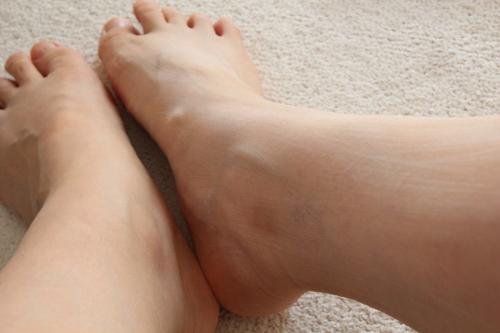 たわしで足をこすってみたら無数の傷が
