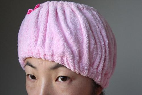 髪にラップをまいて染め剤の定着をよくする