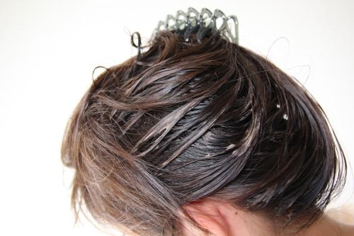 ラサーナ毛染めヘアカラー毛根部分に塗布