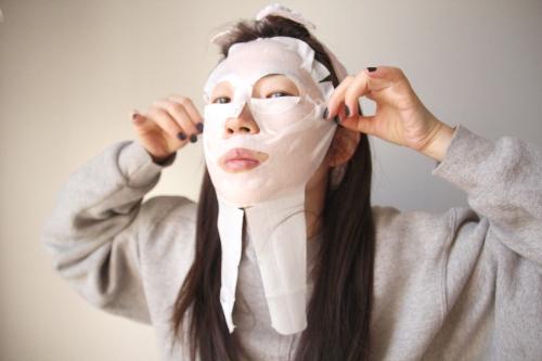 アンファー スカルプDのVIE スキンマスクを貼る