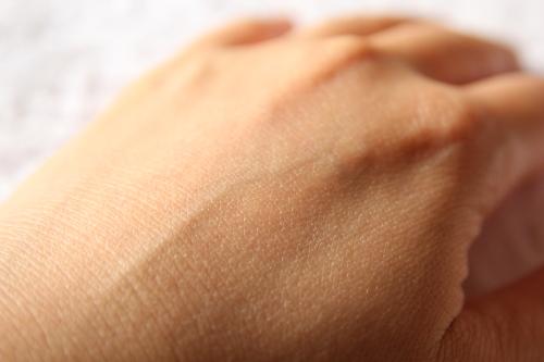 資生堂マキアージュ「トゥルーパウダリーUV」塗る前の手