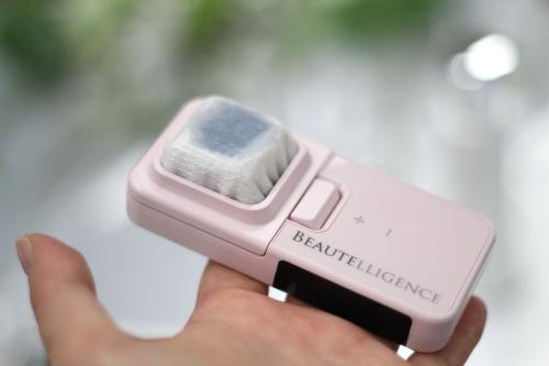 ビューテリジェンス美顔器コットンを化粧水でしめらす