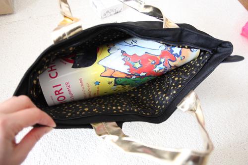 ネコモチーフのトートバッグ、A4サイズは丸めれば入る