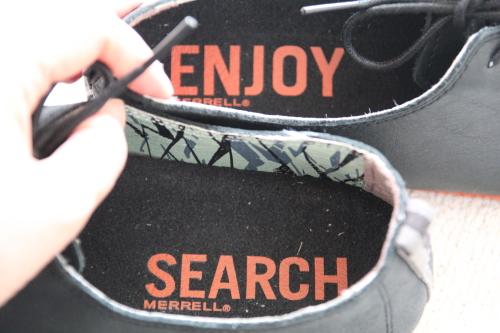 靴底にSearch and Enjoyの文字