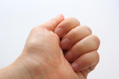 生プラセンタを手の中に包み、体温で溶かす