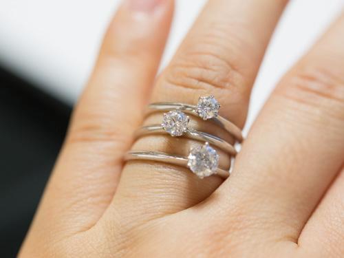 ダイヤの婚約指輪を比較